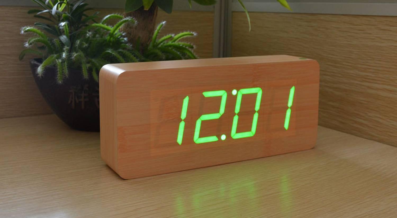 Une horloge avec de gros caractères bien visibles