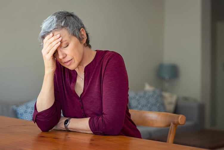 une femme avec une migraine opthalmique