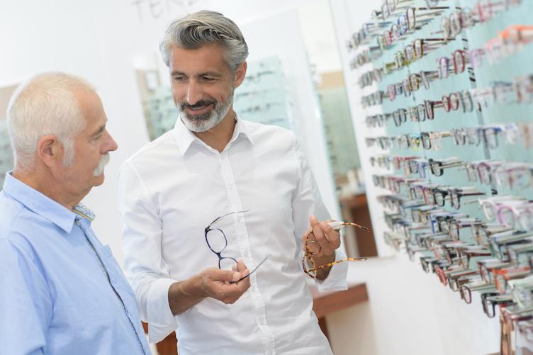 Ophtalmologue, puis opticien avec un mal voyant dans sa boutique