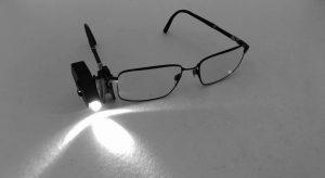 Mini lampe led à clip pour vos lunettes : cadeaux pour malvoyants