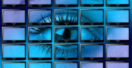 des écrans avec une lumière bleue